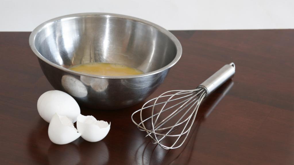 uova sbattute con salsiccia