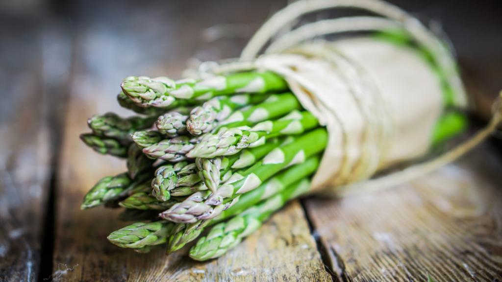 preparazione della pasta con gli asparagi