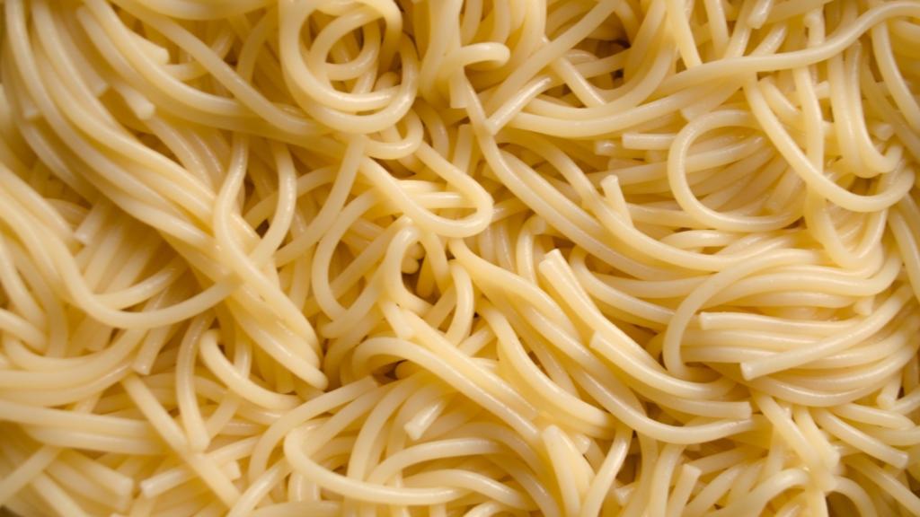 preparazione degli spaghetti di maratea